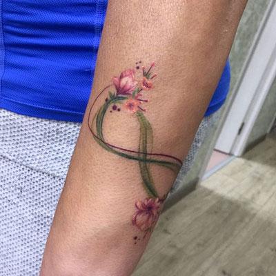 tatuaje infinito flores