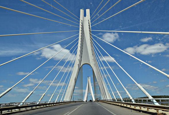Puente Internacional del Guadiana oder Ponte Internacional do Guadiana ist eine 1991 fertiggestellte Schrägseilbrücke, die den Guadiana auf seinem letzten Abschnitt überspannt, nur wenige Kilometer oberhalb der Mündung in den Atlantischen Ozean.