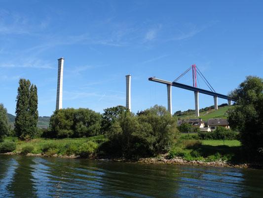 1,7 Kilometer lang und 160 Meter hoch wird die Hochmoselbrücke zwischen Ürzig und Rachtig im Kreis Bernkastel-Wittlich. Sie gilt als das größte Brückenbauprojekt Mitteleuropas. Ob sie jemals fertig gebaut wird.