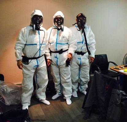 Personnels équipés des équipements de protection et des équipements respiratoires avant opération de désamiantage