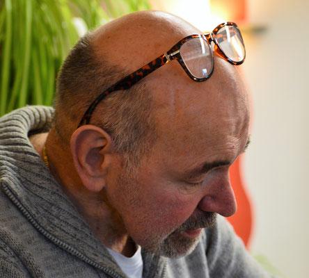 """Friseurmeister Jürgen Anders hat im Salon Michelangelo  den """"Hut auf"""". Sein Erfahrungsschatz, sein Fachwissen,  sein handwerkliches Können und seine geschickten Hände  bringen Ihrem Haar Glanz & Form und Sie zum Strahlen."""