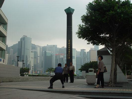 香港返還記念碑、本土からの観光客らしき人たち