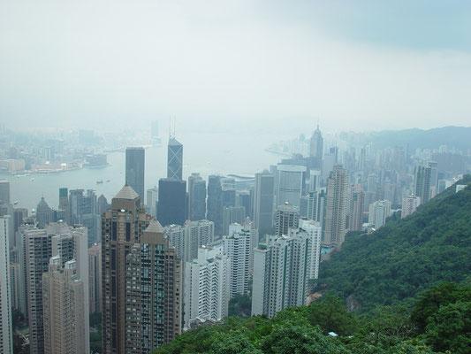 動植物園の帰り、Tramに乗りPeakへ。往復HK$30。頂上のレストランでビールとコーラを取りながらゆったりと過ごす。 中央やや右寄りの楕円形をした二つのビルの一つが宿泊したConradホテル。