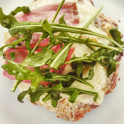 Keto Fladenbrot überbacken mit Mozzarella mit Schinken und Rucola