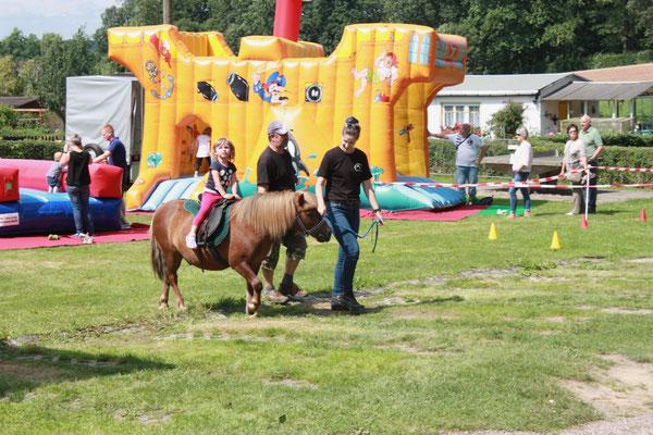 Für die Kinder gab es Ponyreiten...