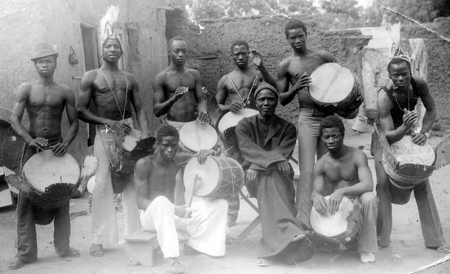 """Pioneer jembe professional (performer and broker) Yamadu """"Bani"""" Dunbia amidst his adult players (Bamako 1974); about 10 teenager apprentices worked for him at the same time (photo: private collection J. M. Kuyate)"""