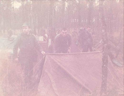 Bivouac en sous-bois à base de tentes en deux parties