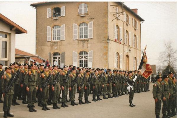 Le front des troupes et le drapeau du 99e R.I.