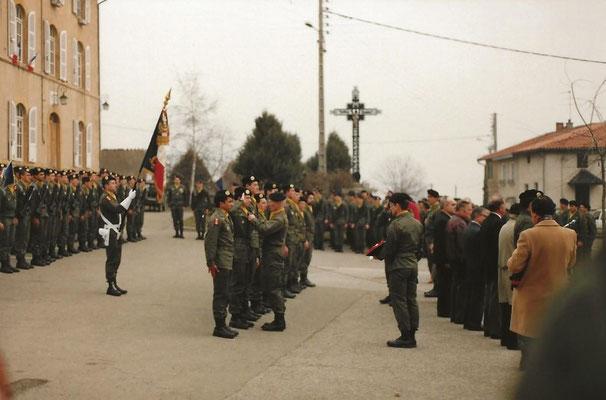 La remise de la médaille de la Défense Nationale à des appelés du contingent.