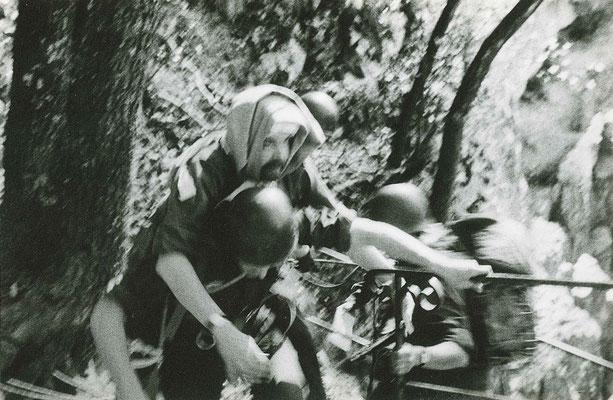 Donnée de l'épreuve : le chef d'équipe (SLT CHAZIT) fictivement blessé lors du rappel, doit être remonté au sommet de la falaise pour rejoindre le poste de secours