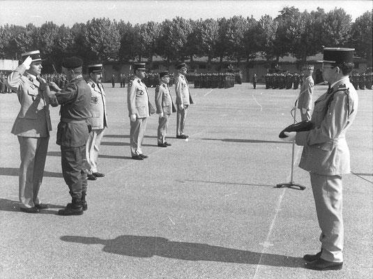 De g. à d. : le colonel ROUX remet la croix de chevalier de la Légion d'honneur au LCL CUVELOT et au LCL (er) CHEVALLIER. Au fond le général YOU se prépare à remettre la croix de l'O.N.M. à l'ADJ (er) FAVEREAU et au Père GINON, aumônier militaire
