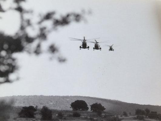 Vol en formation des Super Frelons de l'Aéronavale vers la zone de manoeuvre