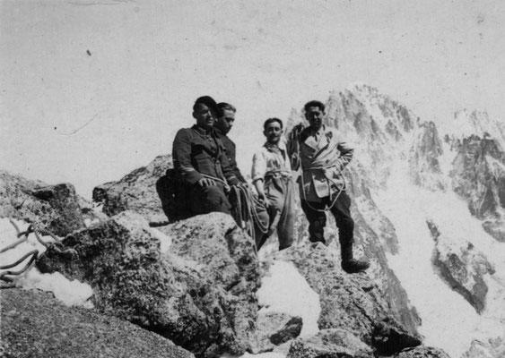 Au sommet des Petits Charmoz sur fond d'Aiguille Verte.