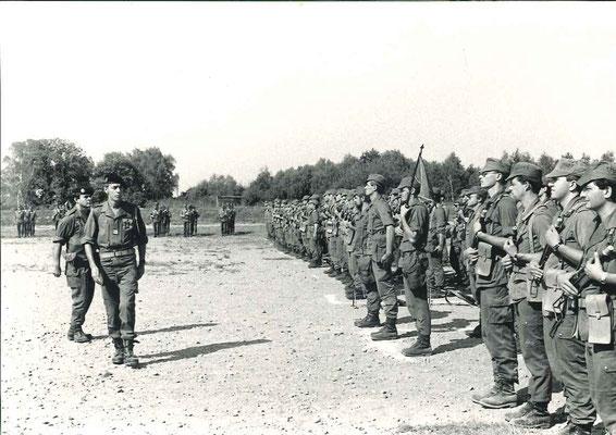 Revue des troupes par le CDC suivi par le CBA BOUTEILLÉ, commandant des troupes, CNE CATIL (barbu) CUE 4eCie, LTN FONNE, adjoint, ADJ DUBOIS-PAGNON porte-fanion