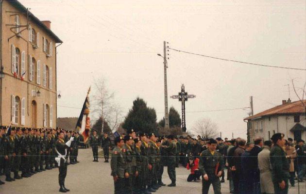 Le LCL MARIN, après avoir décoré le LTN FAVRE-MONNET (à d. sur la photo), remet une Médaille de la Défense Nationale à un appelé du 9-9.