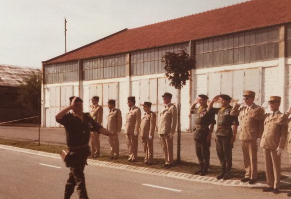 Le LCL ESNAULT défilant devant les autorités (COL ROUX (CDC sortant 99), LCL ROUX-MAYOUD (CDC sortant 299), le G.M.L. et le général Silvestre commandant la 114e D.I. A droite du COL ROUX, l'aumonier militaire du 99, père GINON