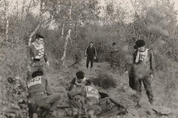 L'équipe MARIN interrogative sur le montage du Zodiac sous l'oeil attentif du contrôleur du Génie.