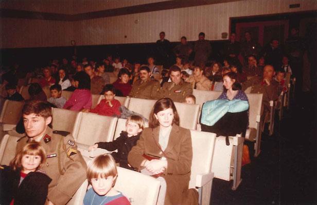 Spectacle et remise de cadeaux au cinéma du quartier, avant le gôuter au mess : 2e rangée, Madame BIDAUD, assistante sociale du régiment, 4e rangée, la famille CUVELOT, 5e rangée le CDC.