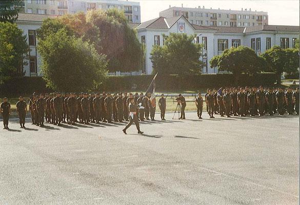 Arrivée du drapeau porté par le LTN COSTA (officier mob détaché au 299). Derrière le front des troupes, le PC du régiment.