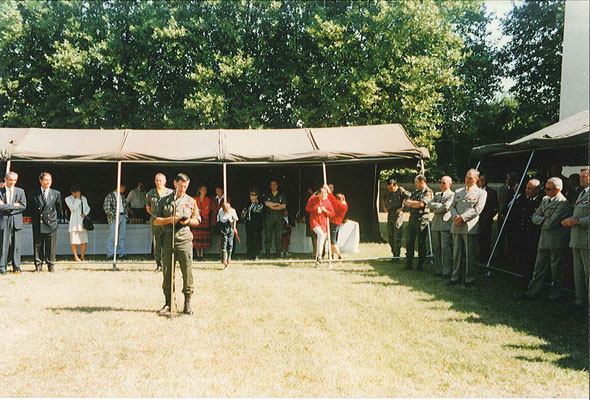 Mot de la fin du CDC sortant. Sous la tente, Mick MICHEYL en noir. Le GML, (à d. son adjoint le GDI JUDEAUX) et les directeurs de services.