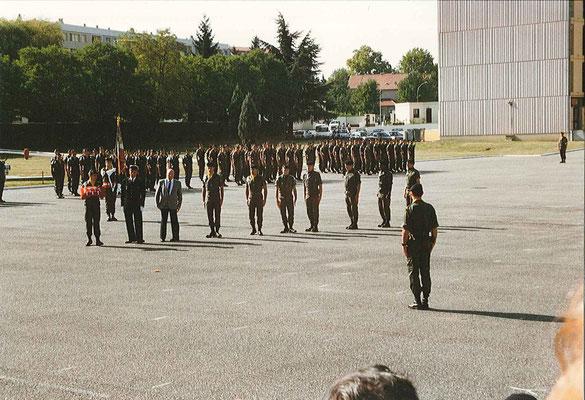 Remise de décorations : arrivée des récipiendaires devant le COL OLLIER.