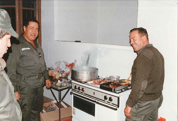 Les cuisiniers en pleine action : MAJ MOUSSARD, ADC VIAL/effectifs.