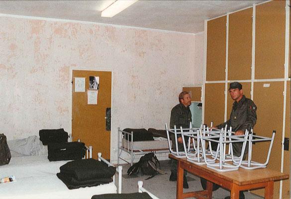 La chambre des officiers : CNE CHARMET/off appro, CBA GENTHIALON/CST.