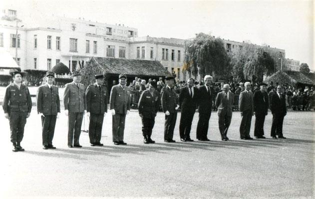 Honneurs rendus aux autorités : lcl ROUX-MAYOUD, à gauche. A noter en 8e position Mr Charles Hernu, alors Député du Rhône