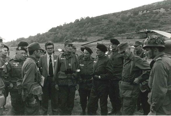 Arrivée du GA LAGARDE, chef d'état-major de l'Armée de Terre, à gauche, GCA Le BORGNE, Gouverneur militaire de Lyon, commandant la Ve Région militaire, à d. COL SILVESTRE (casquette), commandant la 114e D.I.