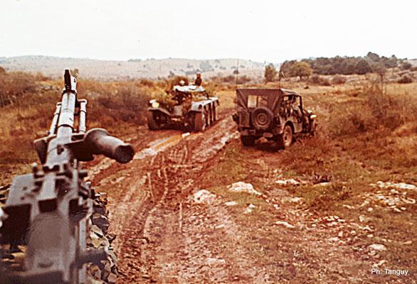 """Rencontre """"amie"""" sur la piste (engin blindé de reconnaissance E.B.R., canon de 75 mm), à Bourg-Lastic en 1975..."""