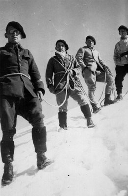 Au sommet de l'Aiguille Verte (4121m), août 1935.
