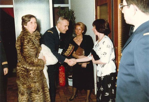 De g. à d. : Le général et son épouse, Gisèle DELABIT, LTN CUVELOT, MAJ X. (Fonds Cuvelot)