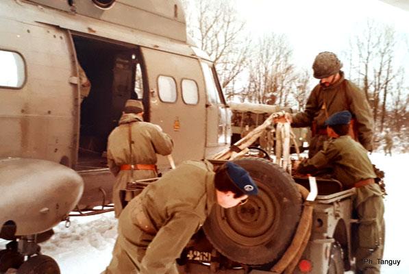 Héliportage de la S.M.L. à La Valbonne en 1976 : brelage d'une jeep