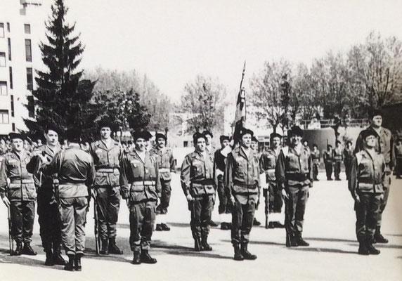 Septembre 1978 : remise des fanions de compagnies à leurs CUE, de g. à d. : X, CNE Turcat (1e Cie), CNE Bourcet (2e Cie), CNE Thierrée (3e Cie)