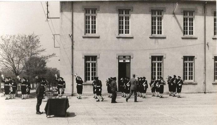 Revue des troupes (fanfare des Chasseurs Alpins).