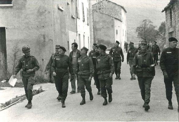 Echange et traversée du village avec un commandant d'unité
