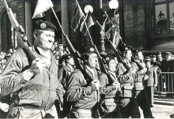 11 novembre 1979 (?) ; défilé place des Terreaux, fanions de compagnies en tête, 1er rang de g. à d. : ADJ Mattevi, LTN Vaucanson, ADC Pilossian, ADJ Jay, X