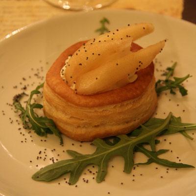 Voulevant alla crema di formaggio aromatizzata al timo con semi di sesamo neri by Pozzo Bianco.