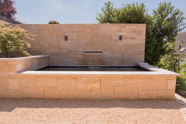 Neugestaltung Außenanlage mit Wasserspiel