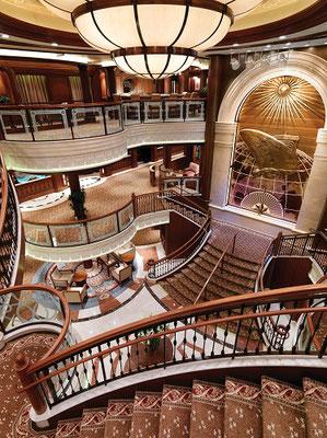 Die imposante Lobby der MS Queen Victoria