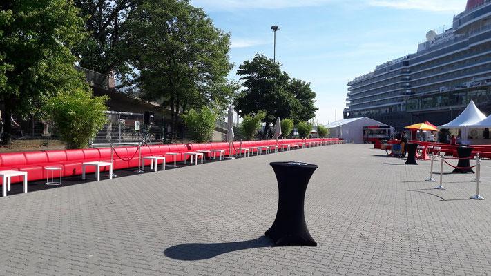 Das 70 Meter lange Sofa wird für die Tea Time vorbereitet