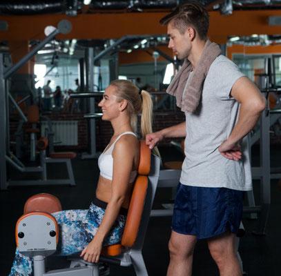 パーソナルトレーニングをスポーツジムで受ける女性