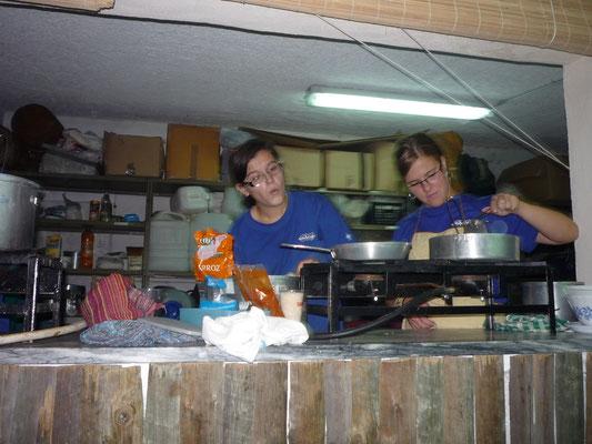 a cozinha no Desafio....tudo compenetrado nos tachos e panelas.... e apenas em  45 min.