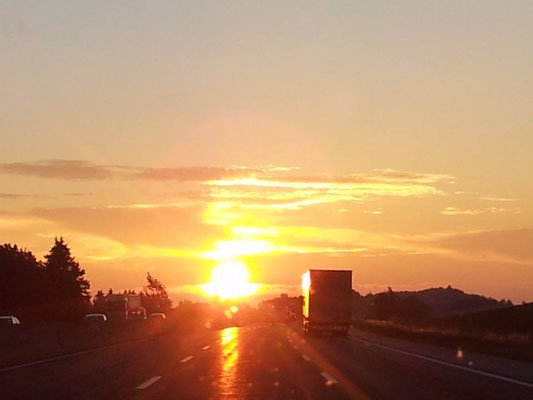 viaggio intuitivo. Sunrise on highway Salisburgo - Vienna (Austria)