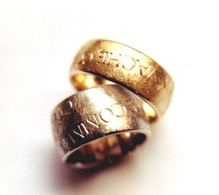 Diamantstruktur • Damenring: Weißgold 750, Herrenring: Gold 750 • mit Handgravur an der Außenseite