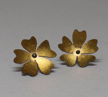 Flowers of Hope and Freedom • Ohrschmuck 2020 • Gold 999, Silber geschwärzt • private collection