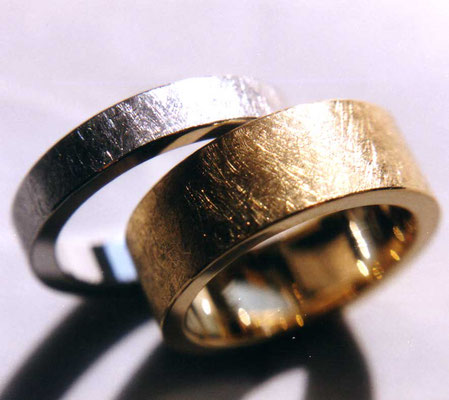Diamantstruktur • Herrenring: Platin 950, Damenring: Gold 750