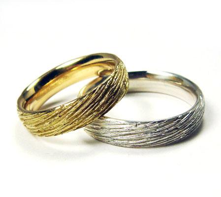 Feine Strukturen • Damenring: Sattgelb-Gold 750, Herrenring: Silber 935