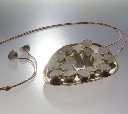 es ist angerichtet • Halsschmuck 2013 • Silber, Kupfer, Gold, Emaille, Seide