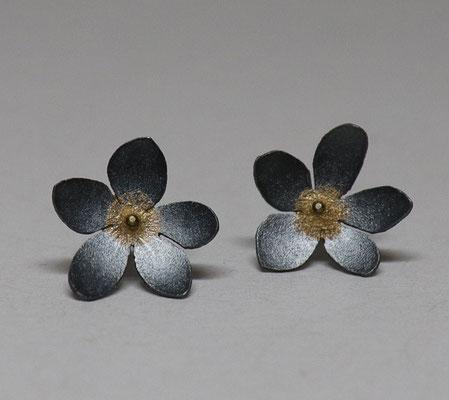 Flowers of Hope and Freedom • Ohrschmuck 2020 • Gold 999, Silber geschwärzt • Keum Boo